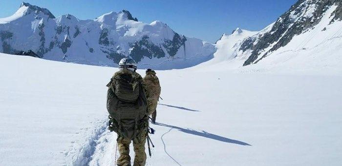 Пограничники задержали более 40 альпинистов на пути к Белухе