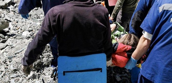 Туристка упала в расщелину в горах и сломала руку