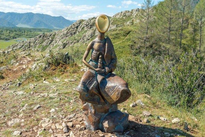 Вандал разрисовал памятник суслику возле села Бичикту-Боом