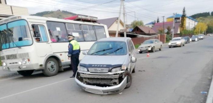 7-летняя девочка попала в больницу после столкновения машин в Горно-Алтайске