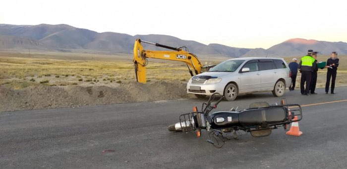 Пьяный мотоциклист без прав догнал автомобиль на Чуйском тракте и врезался в него