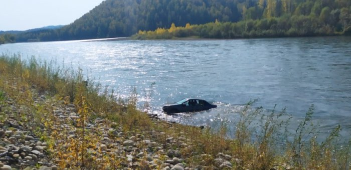 В реку Бия съехал автомобиль, водитель погиб