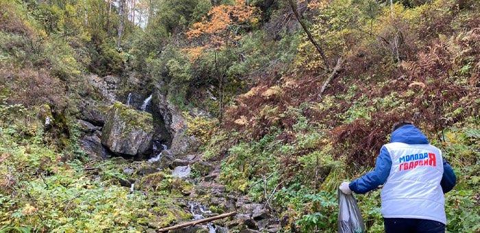 Молодогвардейцы провели субботник на Черемшанском водопаде