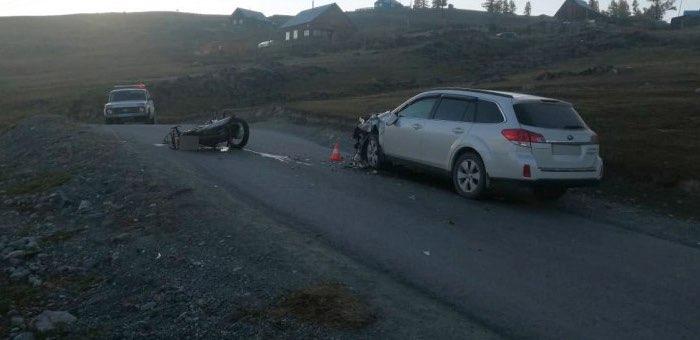 Мотоциклист без прав протаранил машину новосибирского туриста