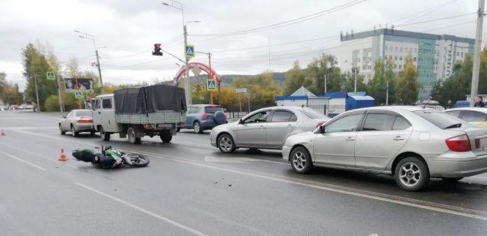Нетрезвый мотоциклист без прав врезался в остановившийся перед ним автомобиль