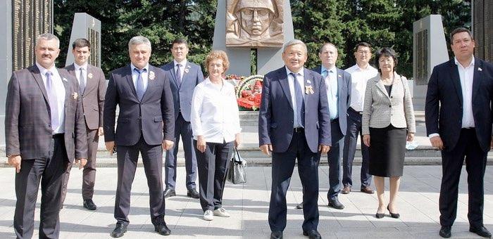 Депутаты возложили «Цветы Победы»