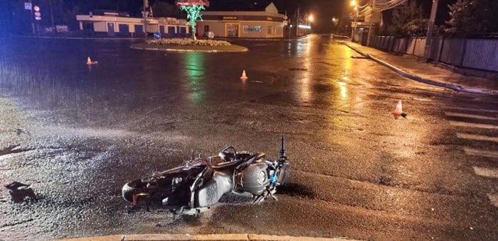 Мотоциклист ночью врезался в бордюр и сбежал, бросив травмированную девушку