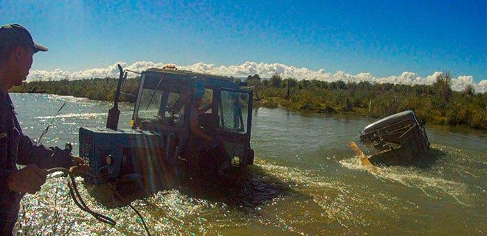 Горная река чуть не унесла УАЗ с детьми