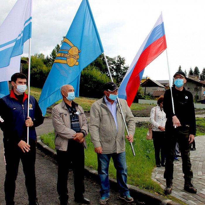 Флаг Горно-Алтайска впервые представили широкой общественности и подняли на Тугаю