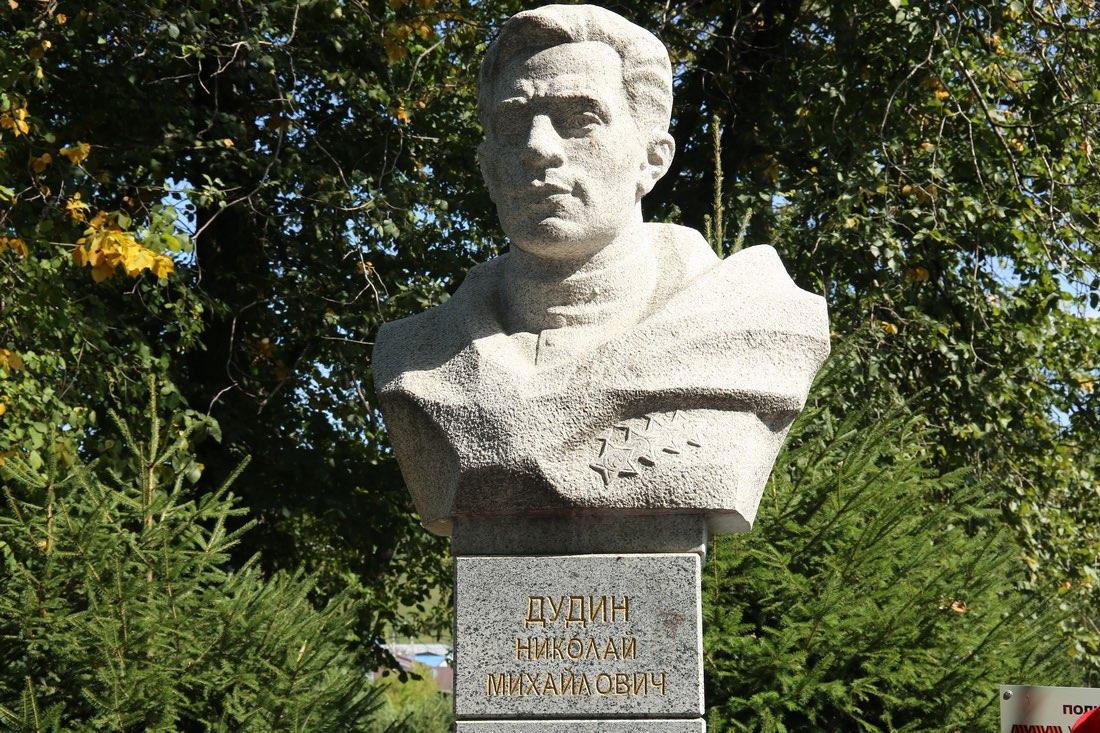 В Горно-Алтайске открыли бюст полного кавалера Ордена Славы Николая Дудина