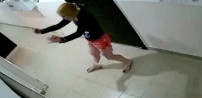 Пьяная молодая горожанка нападала на всех, кто делал ей замечания