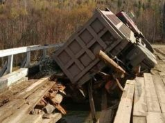 Во время движения грузовика произошло обрушение моста через реку Чуйка