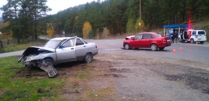 На Чемальском тракте в селе Чепош столкнулись два автомобиля