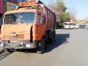 По вине пьяного водителя грузовик врезался в автобус