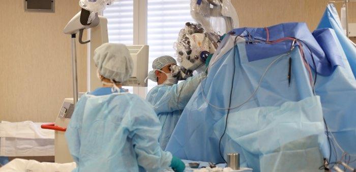 Новосибирские врачи спасли пациента из Горного Алтая с опухолью мозга и гемофилией