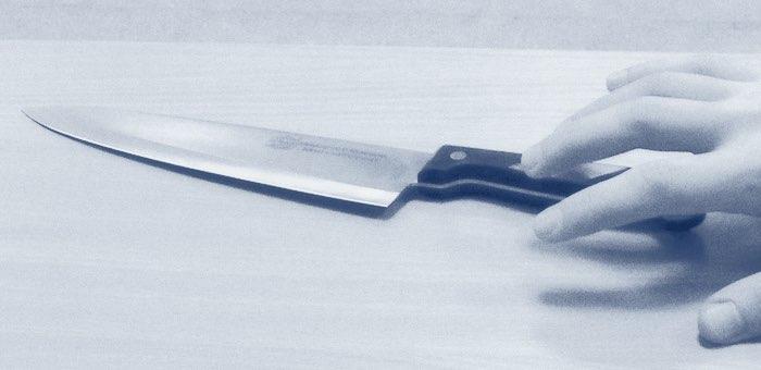 Нетрезвая женщина дважды ударила ножом сожителя, приревновав его к знакомой