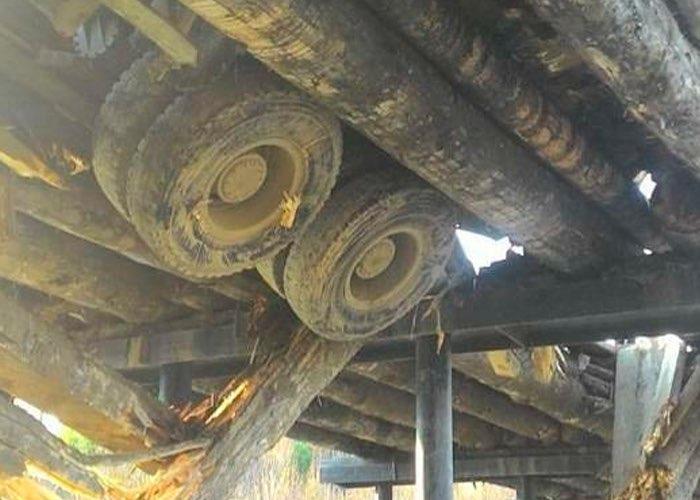 Во время движения грузовика произошла поломка моста через реку Чуйка