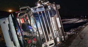 На Семинском перевале ночью перевернулся грузовик