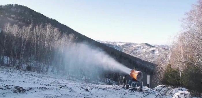 На ГЛК «Манжерок» заработала система оснежения. А еще здесь открывают новые трассы