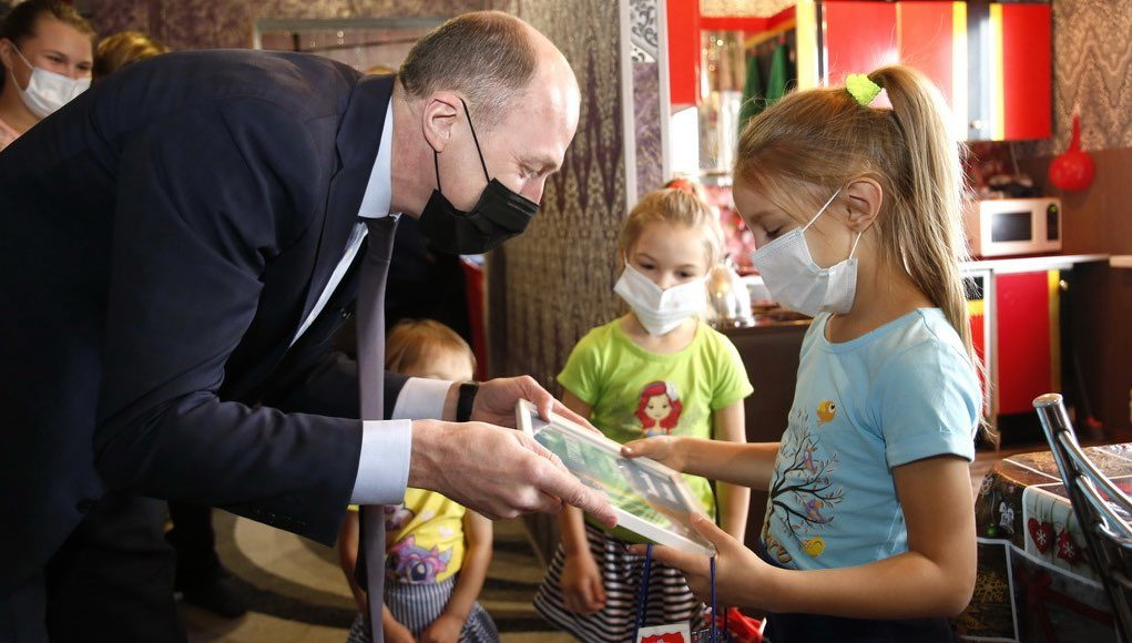 Глава региона в рамках акции «Елка желаний» исполнил новогодние желания детей