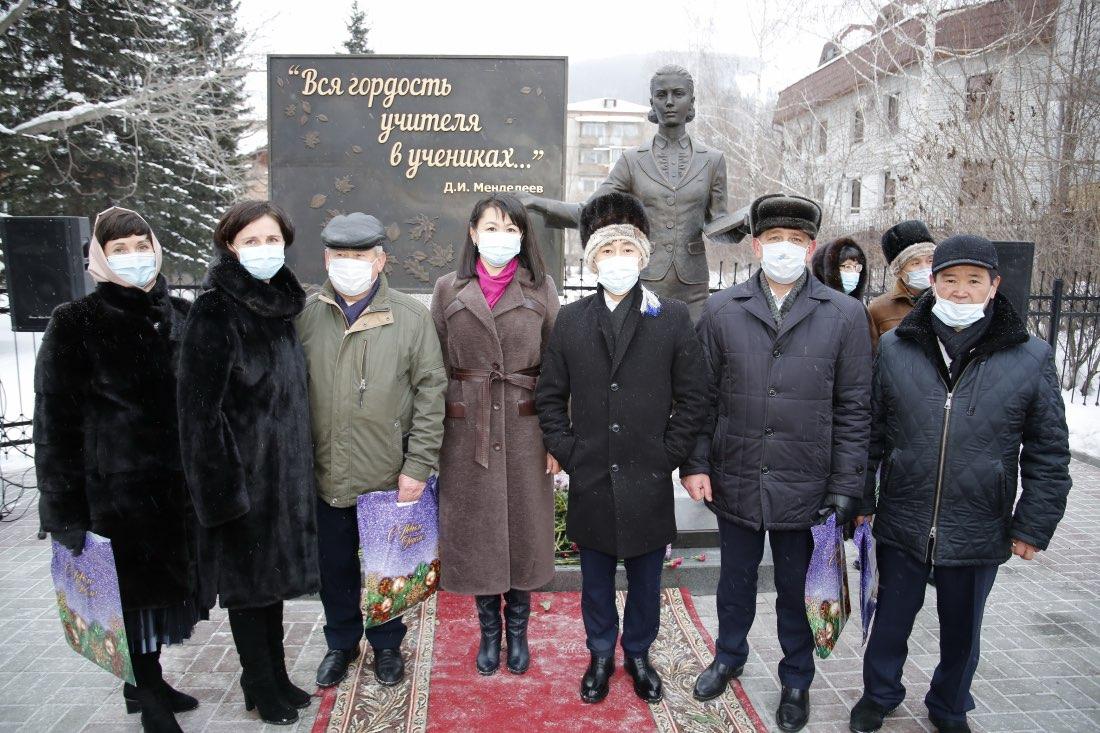 В Горно-Алтайске открыли памятник первому учителю