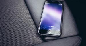 Таксист присвоил смартфон пассажирки и подарил его своей подружке