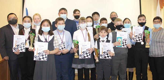 В Горно-Алтайске наградили лучших юных шахматистов
