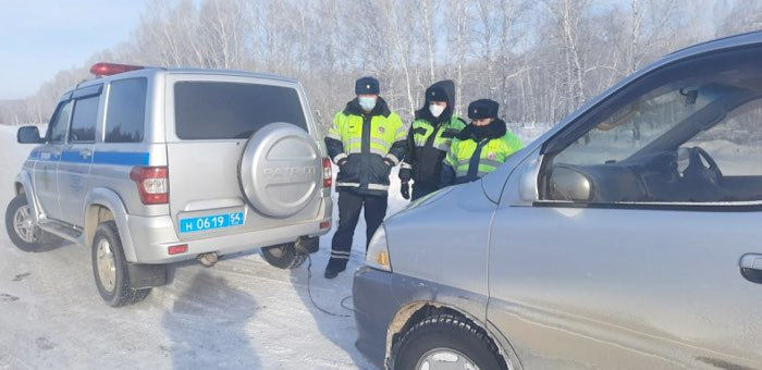 Сотрудники ГИБДД спасли водителя из Республики Алтай, у которого в 40-градусный мороз сломался автомобиль
