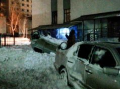 Несколько машин получили повреждения из-за рухнувшего с крыш снега