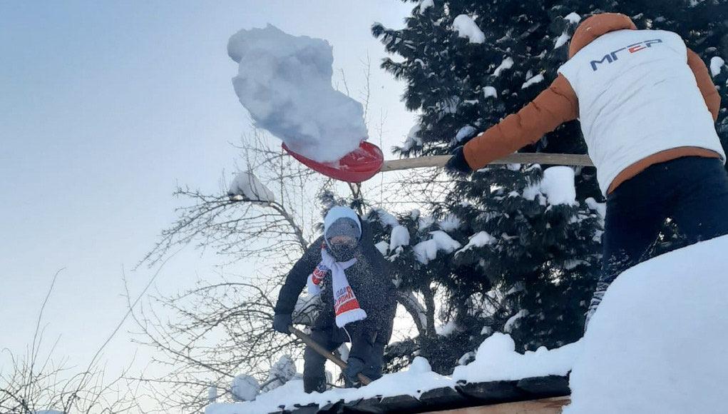 «Снежная вахта»: молодогвардейцы помогают пожилым людям расчистить снежные завалы
