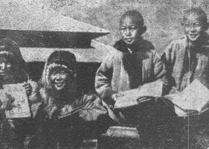 Школьники колхоза «Кызыл Мечин» Онгудайского аймака получили новые книги на родном языке, лето 1937 г.
