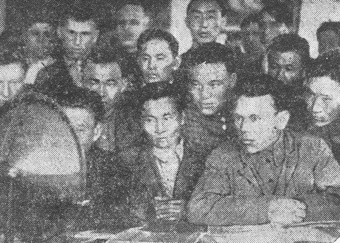 Студенты школы повышения квалификации работников образования слушают лекцию по радио, Ойрот-Тура, 1937 год.