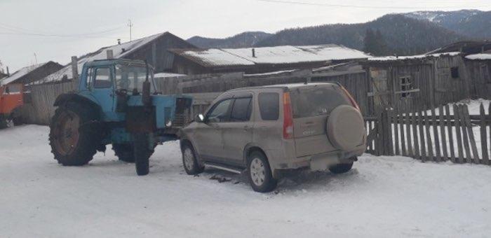 Сельчанин на угнанном тракторе поехал за водкой и протаранил припаркованный автомобиль