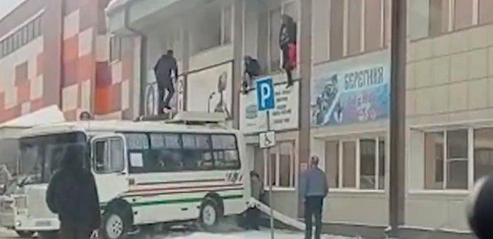 Водителя автобуса, который помог эвакуировать людей из горящего здания, наградят