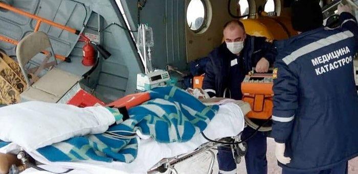 Пациента с тяжелой черепно-мозговой травмой эвакуировали из Усть-Коксы вертолетом санавиации
