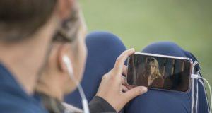 «Фантастическая четверка» и «Содержанки»: жители Алтая смотрят кино на смартфонах по 15 часов в месяц