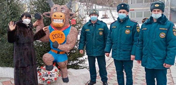 «Бык, побеждающий коронавирус»: подарок пожарных детям
