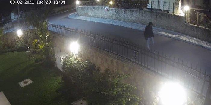 Кадр с камеры видеонаблюдения: беглец бредет по улицам пригорода Киринии.