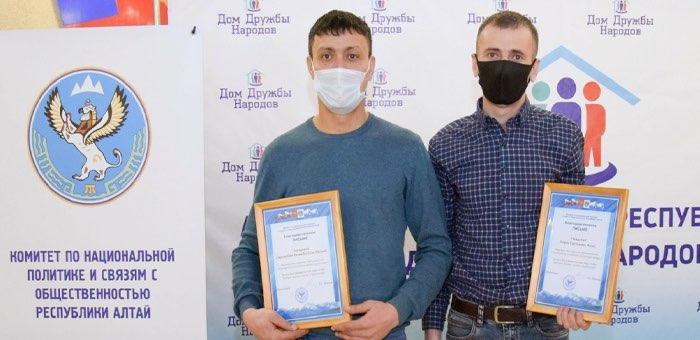 В Горно-Алтайске наградили мужчин, спасших шесть человек во время пожара в ТЦ «Ткацкий»