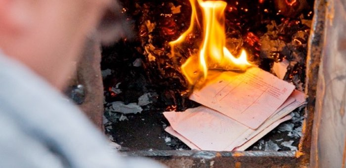 Житель Бирюли, разозлившись на супругу, сжег в печи все ее документы