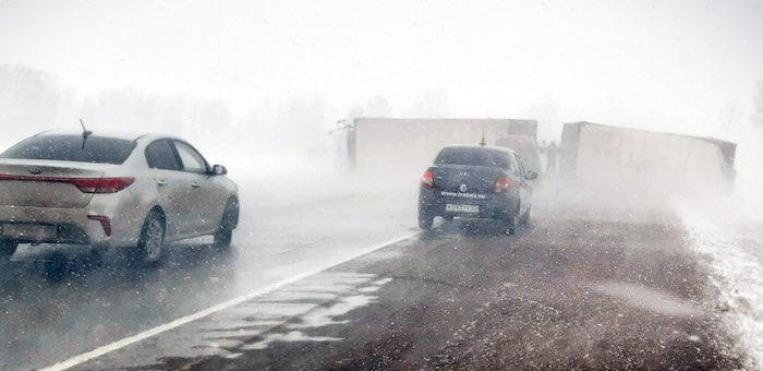 На трассе Бийск – Барнаул поперек дороги перевернулась фура, движение по тракту ограничено
