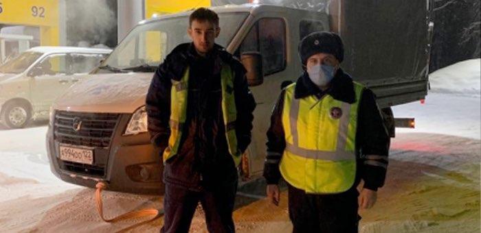Полицейские помогли водителю, который оказался на ночной дороге без бензина и сотовой связи