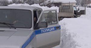 Полицейские вытащили грузовик из снежного плена