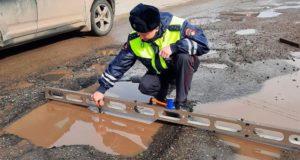 В Турочаке проверили дороги и обнаружили глубокие выбоины