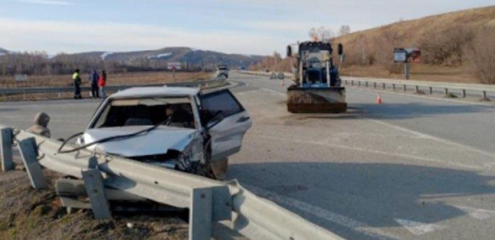 Автомобиль и трактор не смогли разъехаться на Чуйском тракте