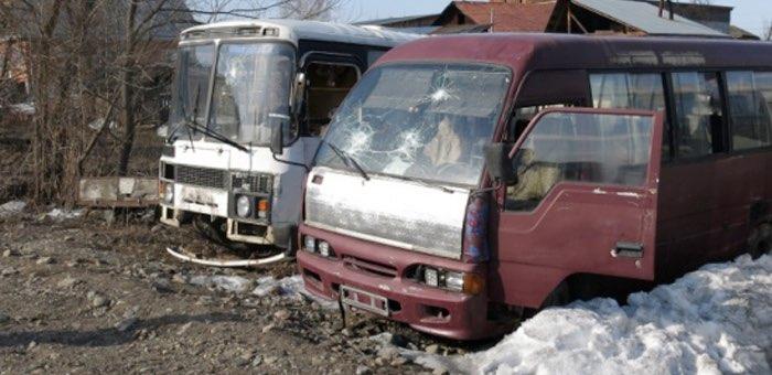Подростки напали на припаркованные автобусы с камнями и огнетушителем