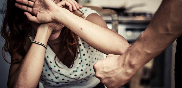 Душил, таскал за волосы, сломал нос, стрелял: горожанин пытался внушить бывшей супруге уважение к себе