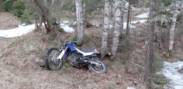 Нетрезвый мотоциклист улетел с дороги в лес