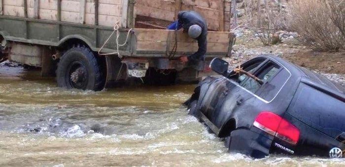 Volkswagen Touareg застрял в разлившейся реке Кызыл-Шин