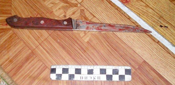 Без очевидных причин нанес уснувшему приятелю девять ударов ножом